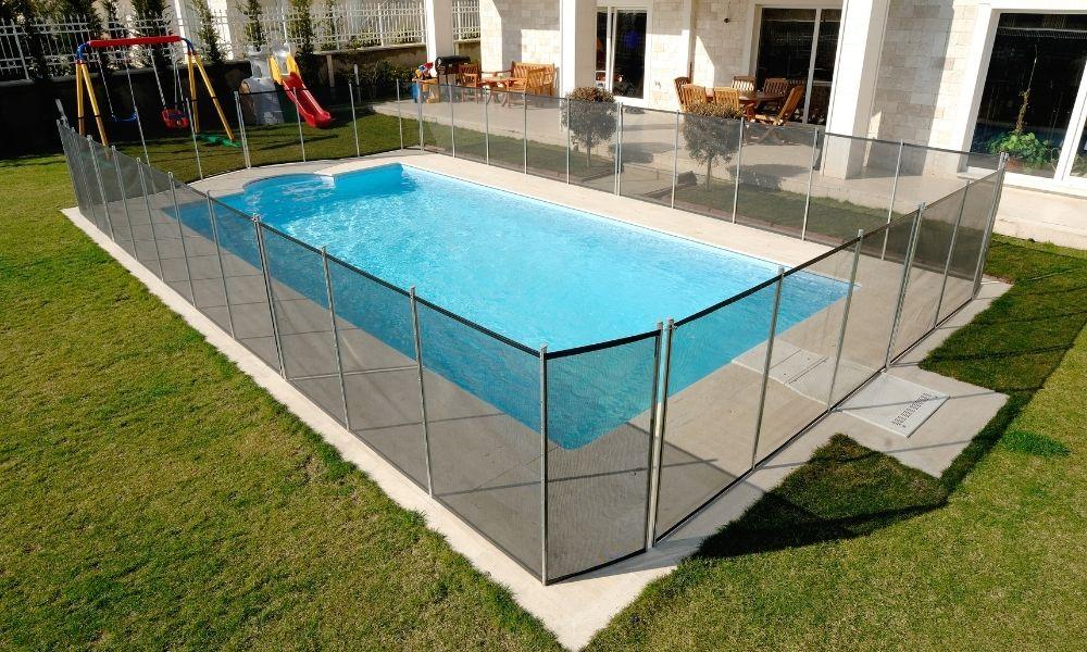 8 יתרונות של גדרות לבריכה